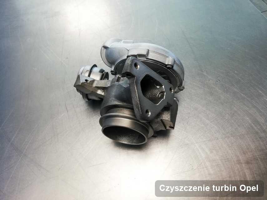 Turbosprężarka do auta osobowego z logo Opel wyczyszczona w firmie gdzie zleca się serwis Czyszczenie turbin