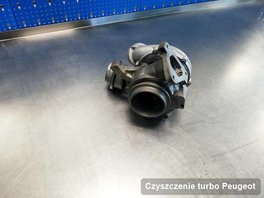 Turbosprężarka do auta sygnowane logiem Peugeot wyczyszczona w pracowni gdzie wykonuje się serwis Czyszczenie turbo