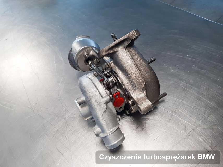 Turbina do auta osobowego sygnowane logiem BMW po naprawie w warsztacie gdzie zleca się serwis Czyszczenie turbosprężarek