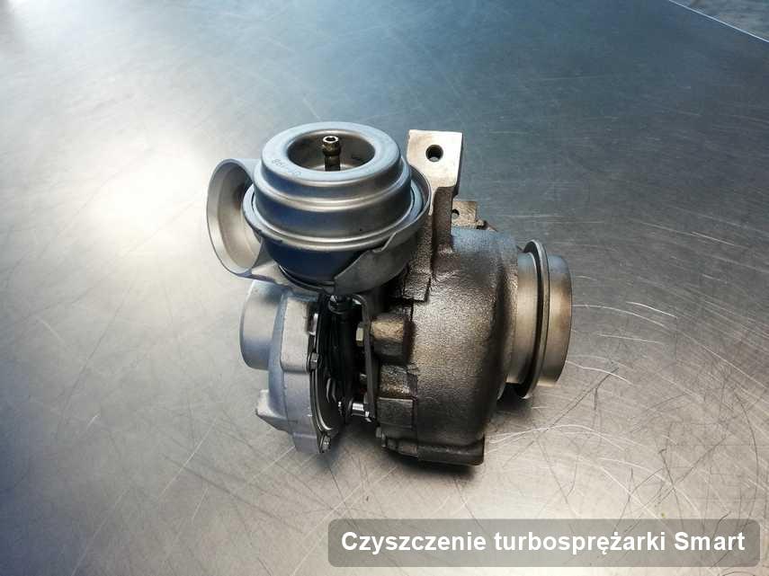 Turbosprężarka do auta osobowego producenta Smart po remoncie w laboratorium gdzie realizuje się serwis Czyszczenie turbosprężarki