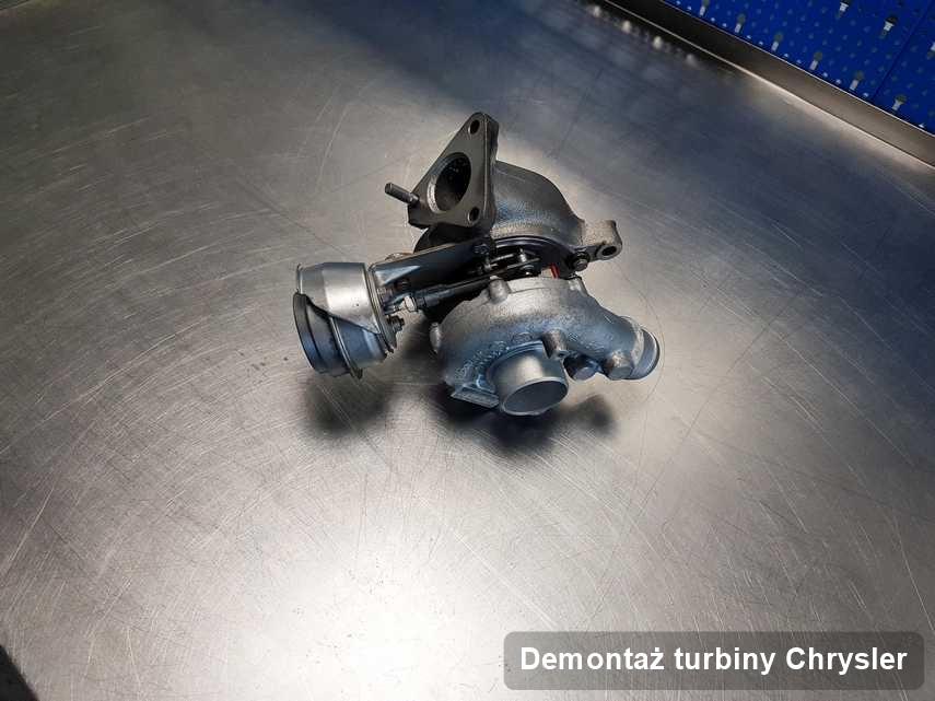 Turbosprężarka do auta sygnowane logiem Chrysler po naprawie w warsztacie gdzie wykonuje się serwis Demontaż turbiny