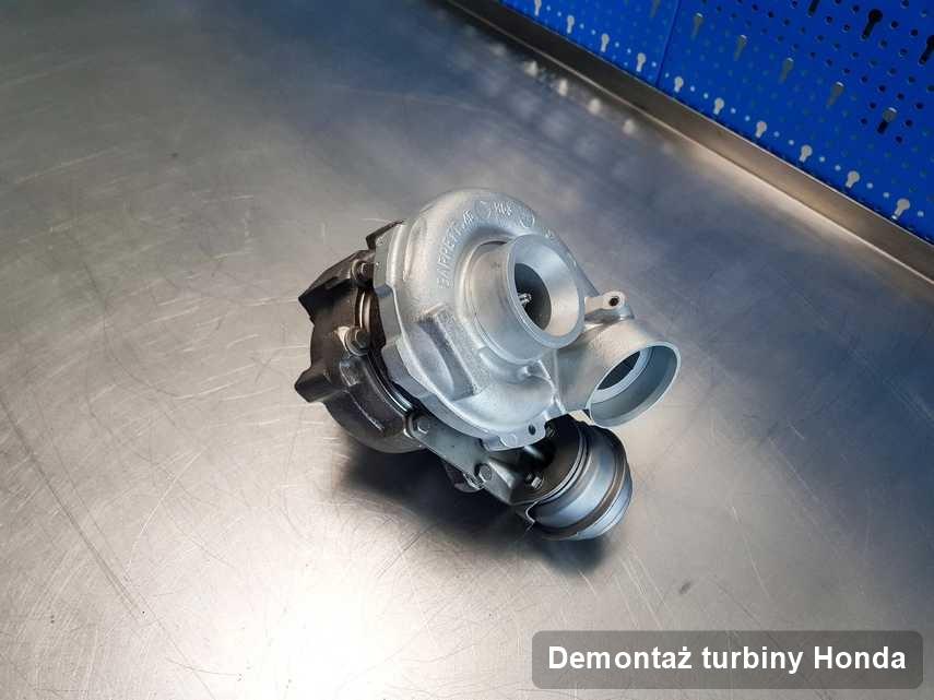 Turbosprężarka do osobówki sygnowane logiem Honda po remoncie w pracowni gdzie wykonuje się usługę Demontaż turbiny