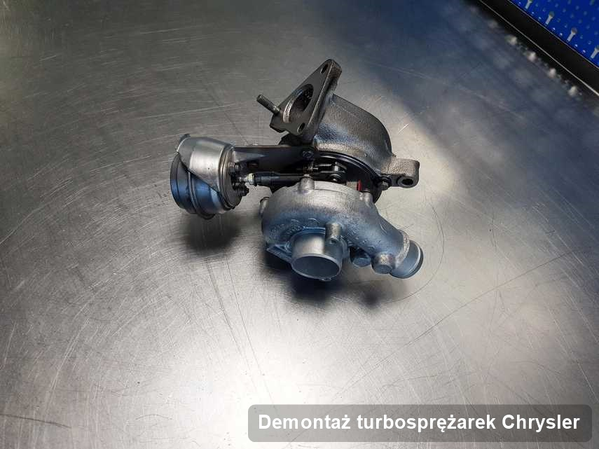 Turbosprężarka do samochodu z logo Chrysler po naprawie w firmie gdzie realizuje się serwis Demontaż turbosprężarek