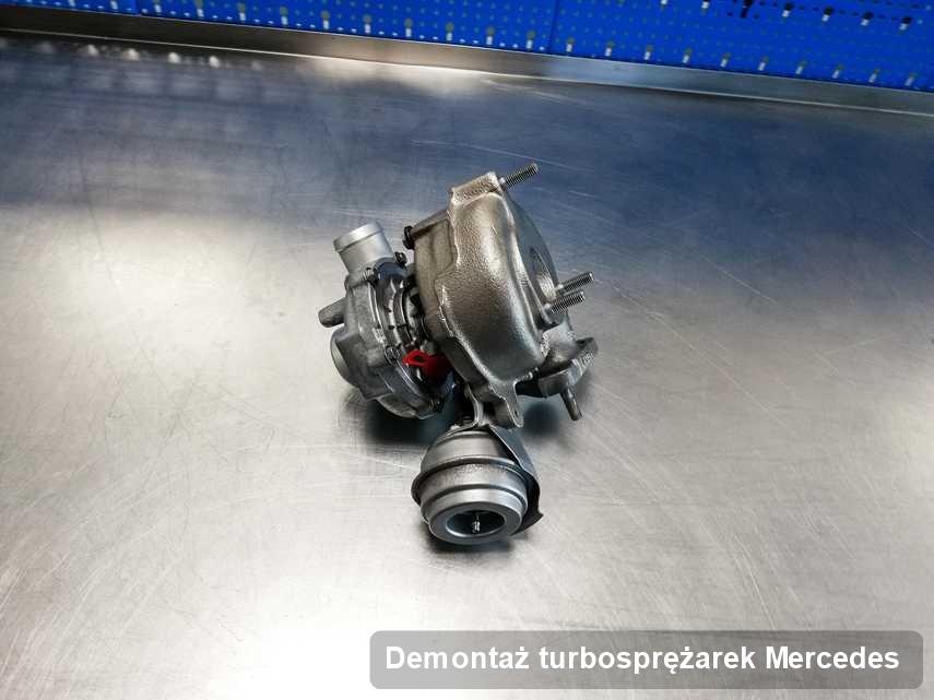 Turbosprężarka do pojazdu producenta Mercedes po naprawie w laboratorium gdzie wykonuje się serwis Demontaż turbosprężarek