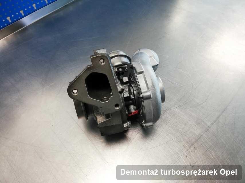 Turbosprężarka do samochodu firmy Opel wyczyszczona w pracowni gdzie wykonuje się usługę Demontaż turbosprężarek