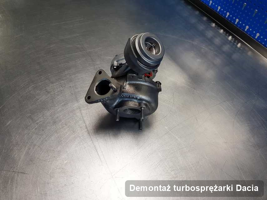 Turbosprężarka do samochodu producenta Dacia po remoncie w warsztacie gdzie realizuje się serwis Demontaż turbosprężarki