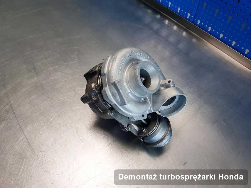 Turbosprężarka do samochodu z logo Honda zregenerowana w firmie gdzie wykonuje się serwis Demontaż turbosprężarki