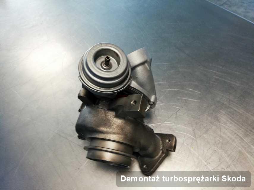 Turbosprężarka do samochodu z logo Skoda po remoncie w przedsiębiorstwie gdzie zleca się serwis Demontaż turbosprężarki