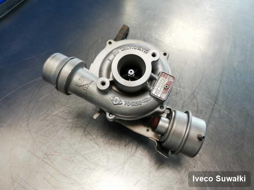 Zregenerowana w przedsiębiorstwie w Suwałkach turbosprężarka do osobówki producenta Iveco przyszykowana w pracowni po regeneracji przed spakowaniem