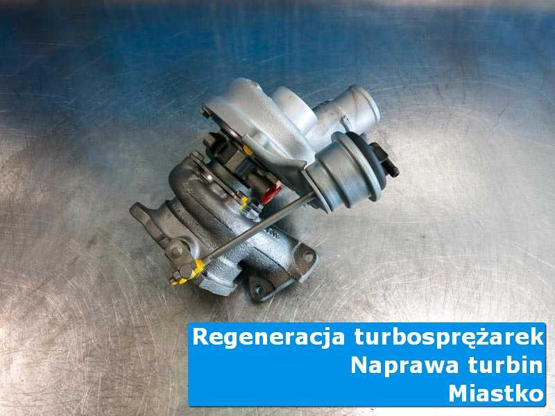 Turbosprężarka przed montażem na stole pracowniczym w Miastku