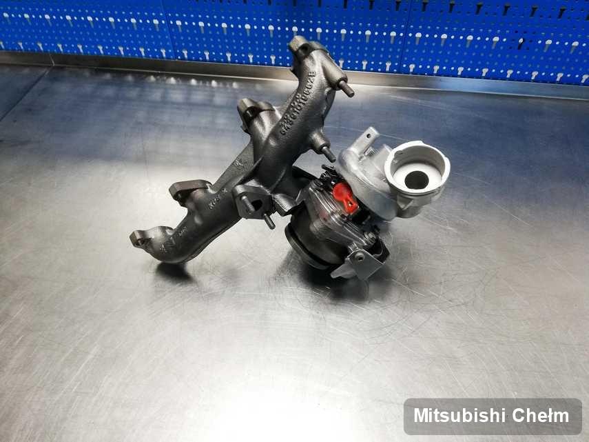 Zregenerowana w laboratorium w Chełmie turbosprężarka do aut  z logo Mitsubishi na stole w pracowni zregenerowana przed spakowaniem