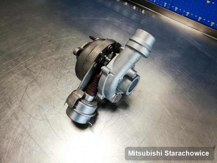 Zregenerowana w pracowni regeneracji w Starachowicach turbina do auta z logo Mitsubishi na stole w warsztacie po regeneracji przed wysyłką