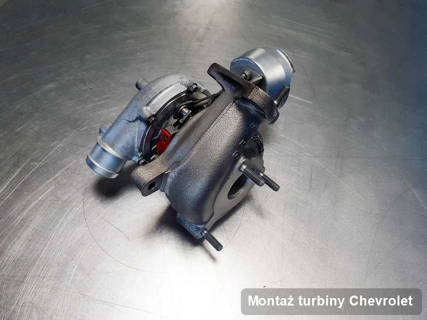 Turbina do auta osobowego z logo Chevrolet po naprawie w przedsiębiorstwie gdzie realizuje się usługę Montaż turbiny
