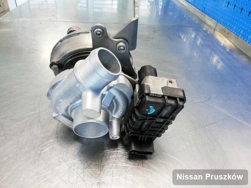 Wyczyszczona w firmie zajmującej się regeneracją w Pruszkowie turbosprężarka do osobówki z logo Nissan przyszykowana w warsztacie wyremontowana przed nadaniem