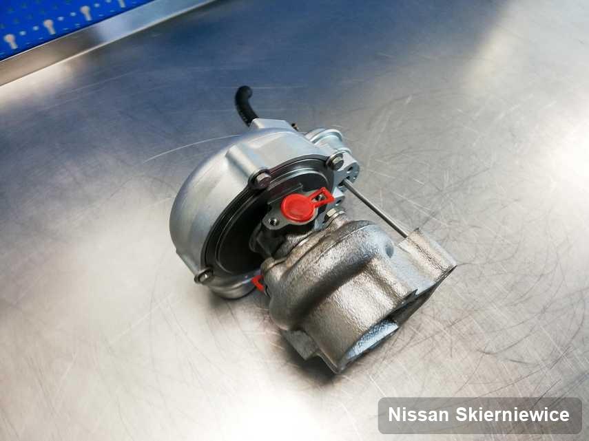 Wyremontowana w przedsiębiorstwie w Skierniewicach turbosprężarka do aut  firmy Nissan na stole w warsztacie zregenerowana przed spakowaniem