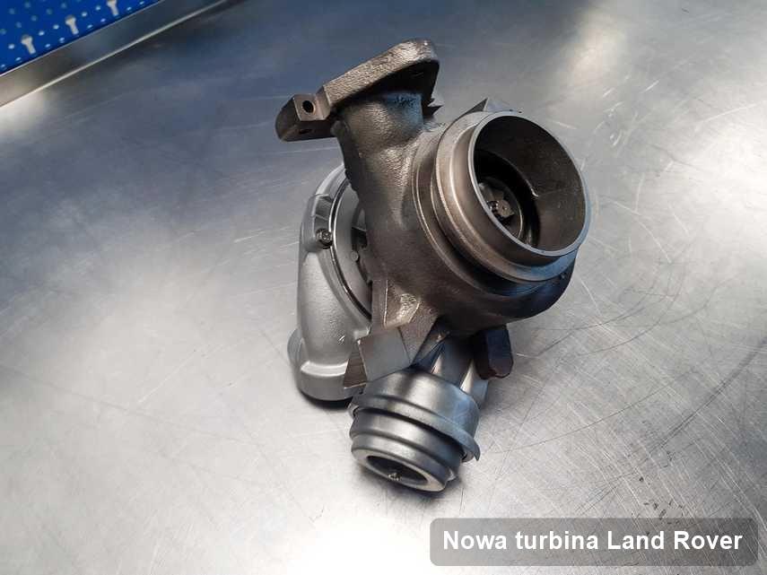 Turbosprężarka do samochodu z logo Land Rover po naprawie w warsztacie gdzie wykonuje się usługę Nowa turbina