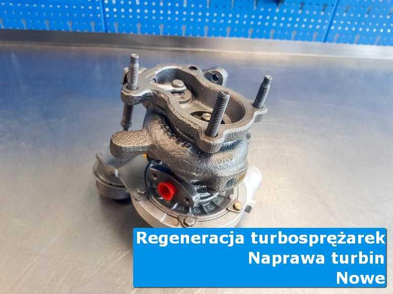 Turbosprężarka po demontażu na stole w laboratorium w Nowym