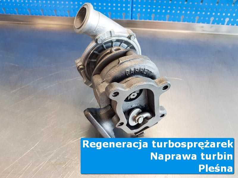 Turbosprężarka przed oddaniem do klienta na stole pracowniczym w Pleśnej