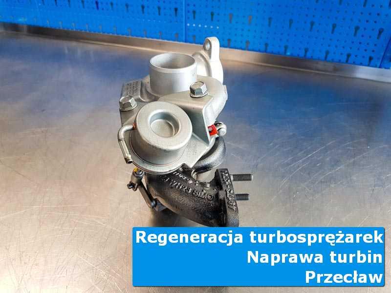 Turbosprężarka po demontażu na stole pracowniczym w Przecławiu