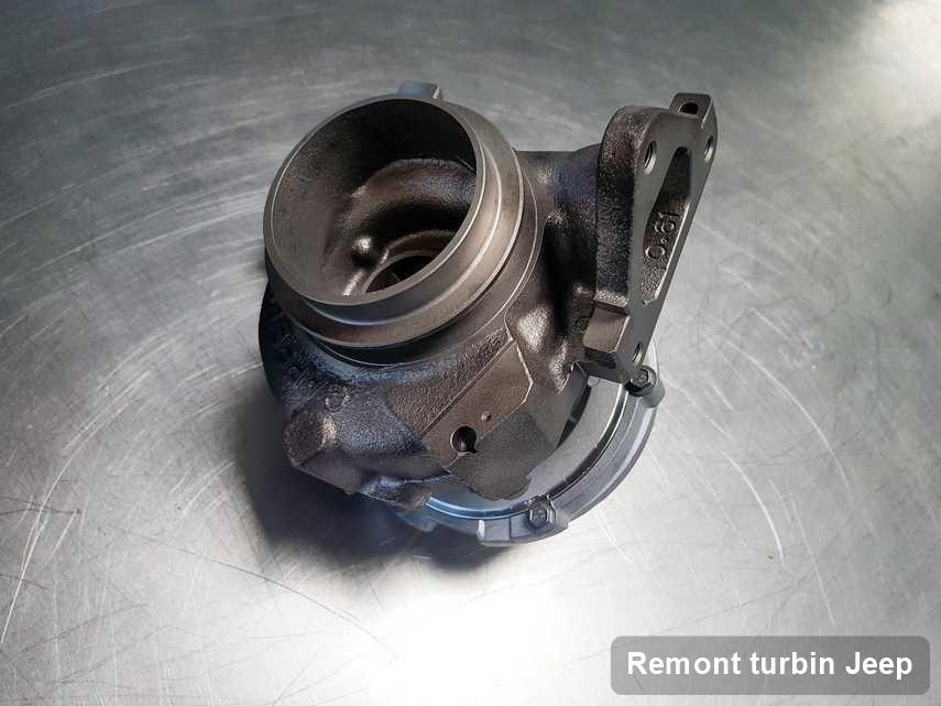 Turbosprężarka do osobówki z logo Jeep wyremontowana w warsztacie gdzie zleca się usługę Remont turbin