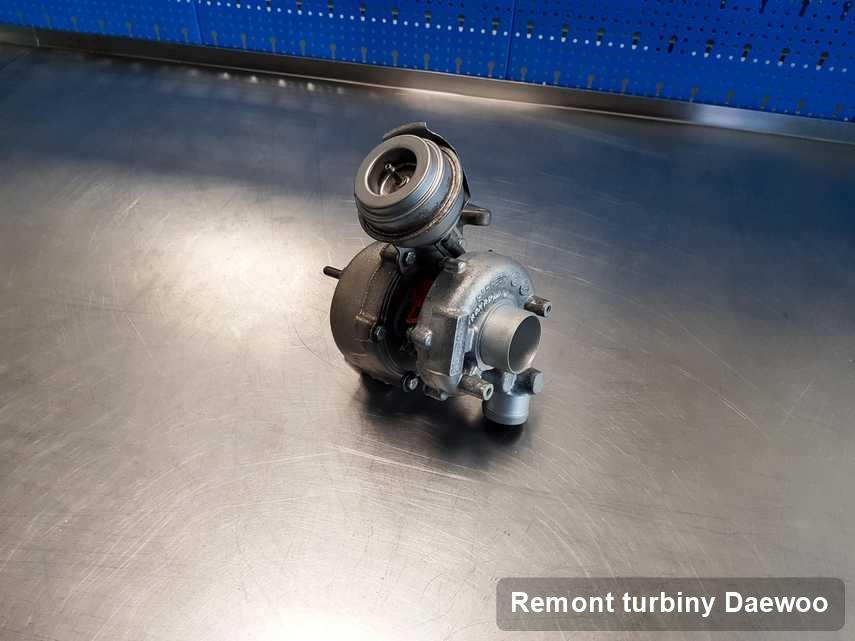 Turbosprężarka do auta osobowego producenta Daewoo po naprawie w laboratorium gdzie przeprowadza się  usługę Remont turbiny