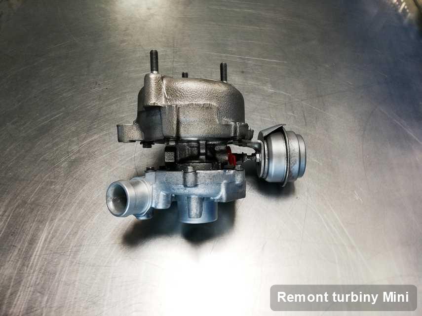 Turbosprężarka do diesla producenta Mini wyczyszczona w warsztacie gdzie wykonuje się serwis Remont turbiny