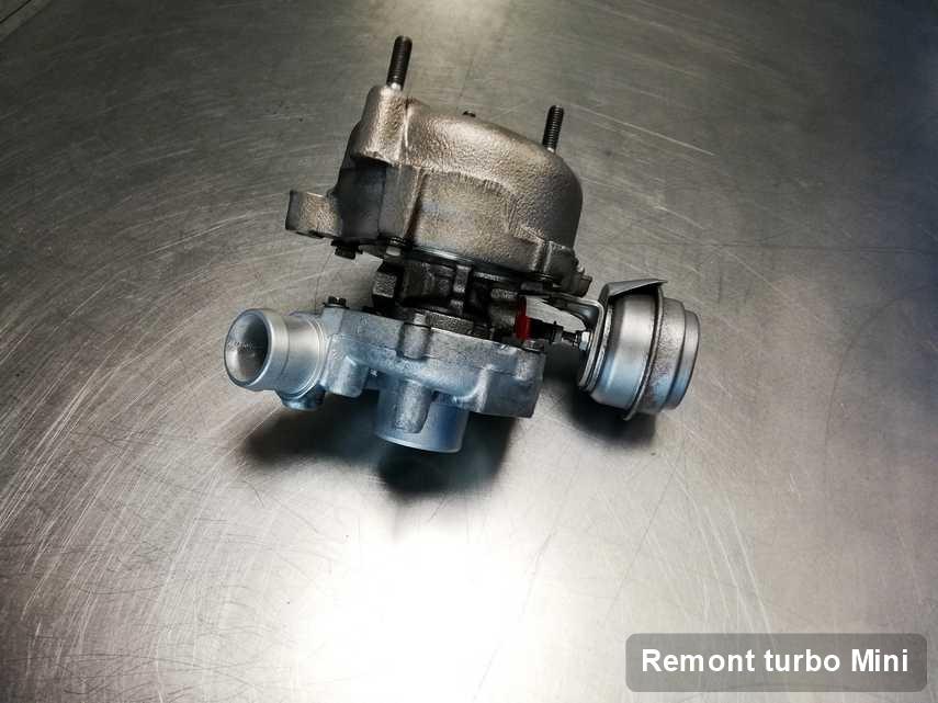 Turbina do samochodu sygnowane logiem Mini po naprawie w warsztacie gdzie wykonuje się usługę Remont turbo