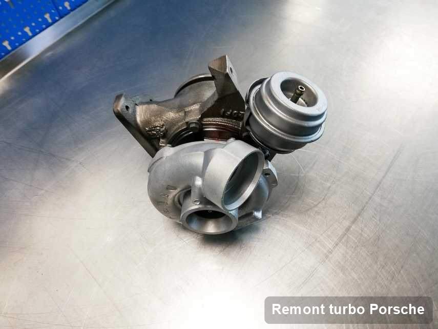 Turbina do samochodu osobowego z logo Porsche po remoncie w pracowni gdzie przeprowadza się  usługę Remont turbo