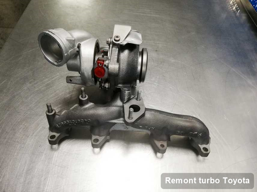 Turbosprężarka do pojazdu z logo Toyota po remoncie w laboratorium gdzie realizuje się usługę Remont turbo