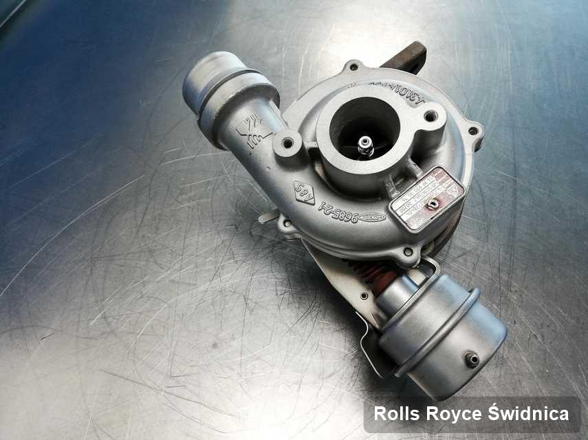 Wyremontowana w pracowni regeneracji w Świdnicy turbosprężarka do samochodu koncernu Rolls Royce przyszykowana w pracowni wyremontowana przed nadaniem