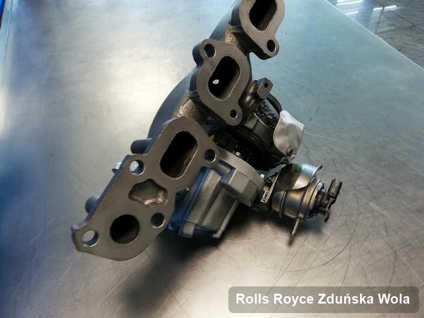Wyremontowana w pracowni regeneracji w Zduńskiej Woli turbosprężarka do osobówki producenta Rolls Royce na stole w laboratorium po regeneracji przed wysyłką