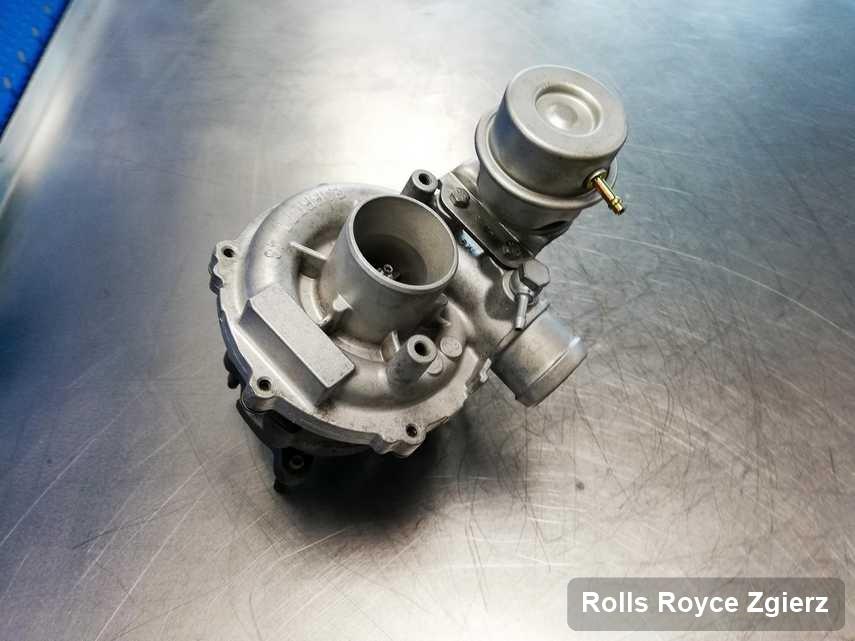 Wyczyszczona w przedsiębiorstwie w Zgierzu turbosprężarka do auta z logo Rolls Royce przyszykowana w warsztacie wyremontowana przed nadaniem