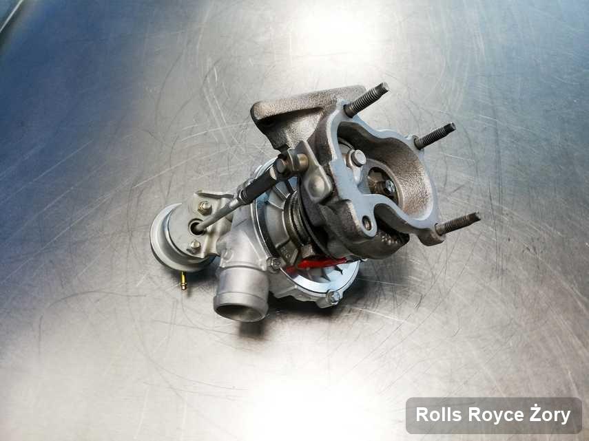 Zregenerowana w przedsiębiorstwie w Żorach turbosprężarka do osobówki z logo Rolls Royce przyszykowana w pracowni naprawiona przed nadaniem