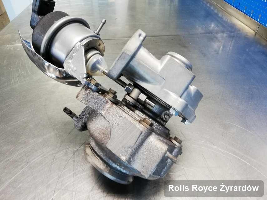 Zregenerowana w laboratorium w Żyrardowie turbosprężarka do samochodu marki Rolls Royce na stole w laboratorium po regeneracji przed spakowaniem