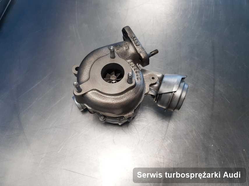 Turbosprężarka do auta z logo Audi zregenerowana w pracowni gdzie wykonuje się usługę Serwis turbosprężarki