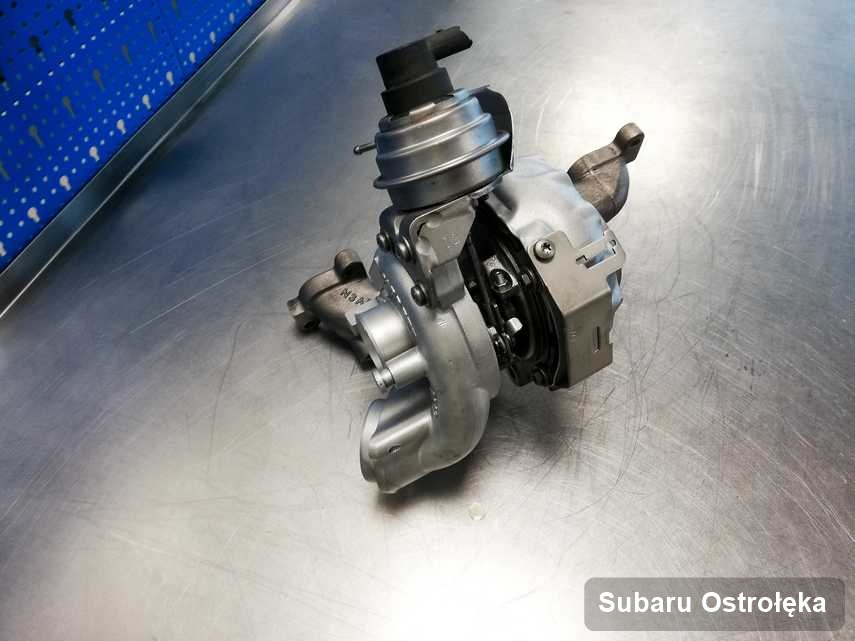 Zregenerowana w przedsiębiorstwie w Ostrołęce turbosprężarka do osobówki spod znaku Subaru na stole w laboratorium zregenerowana przed spakowaniem