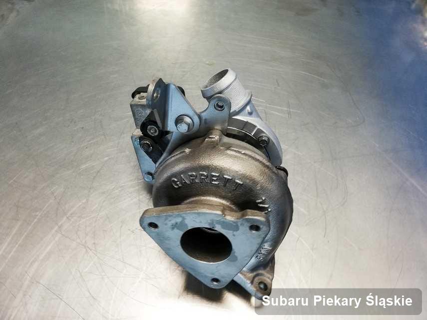 Wyremontowana w firmie w Piekarach Śląskich turbina do auta spod znaku Subaru na stole w laboratorium po naprawie przed wysyłką