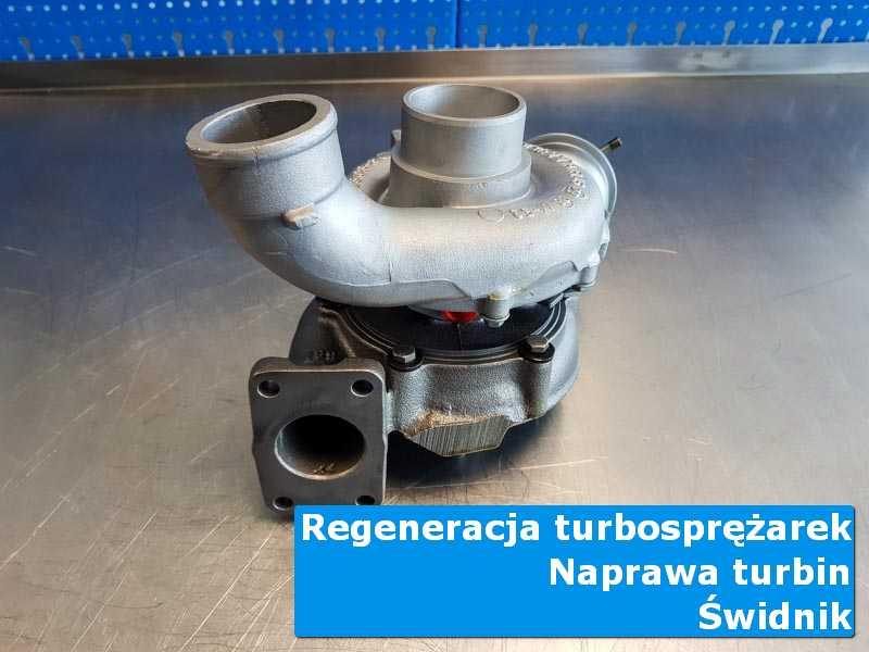 Układ turbodoładowania przed oddaniem do klienta na stole pracowniczym w Świdniku