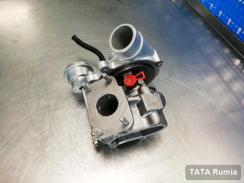 Naprawiona w przedsiębiorstwie w Rumi turbosprężarka do auta koncernu TATA na stole w laboratorium zregenerowana przed spakowaniem