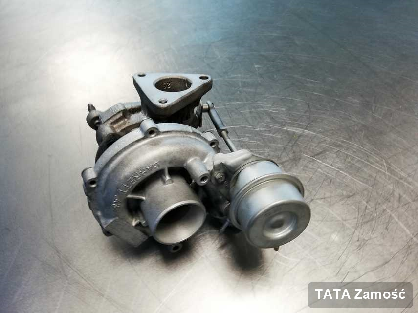 Naprawiona w laboratorium w Zamościu turbosprężarka do pojazdu z logo TATA na stole w pracowni wyremontowana przed spakowaniem