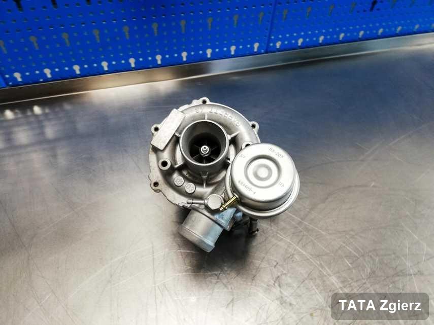 Wyczyszczona w laboratorium w Zgierzu turbosprężarka do samochodu koncernu TATA na stole w warsztacie naprawiona przed nadaniem