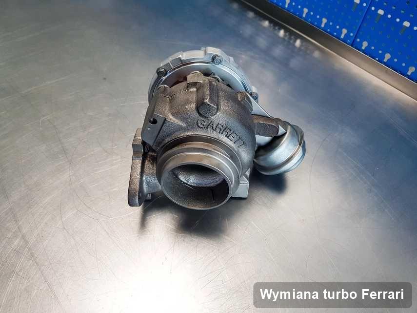 Turbina do auta osobowego sygnowane logiem Ferrari wyczyszczona w firmie gdzie wykonuje się usługę Wymiana turbo