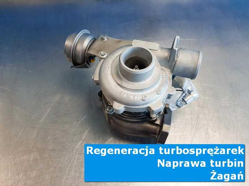 Turbosprężarka po demontażu na stole w pracowni w Żaganiu